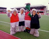 Gunnersaurus with the Wombles. Arsenal v Aston Villa. FA Premiership, 14/10/00. Credit: Colorsport.