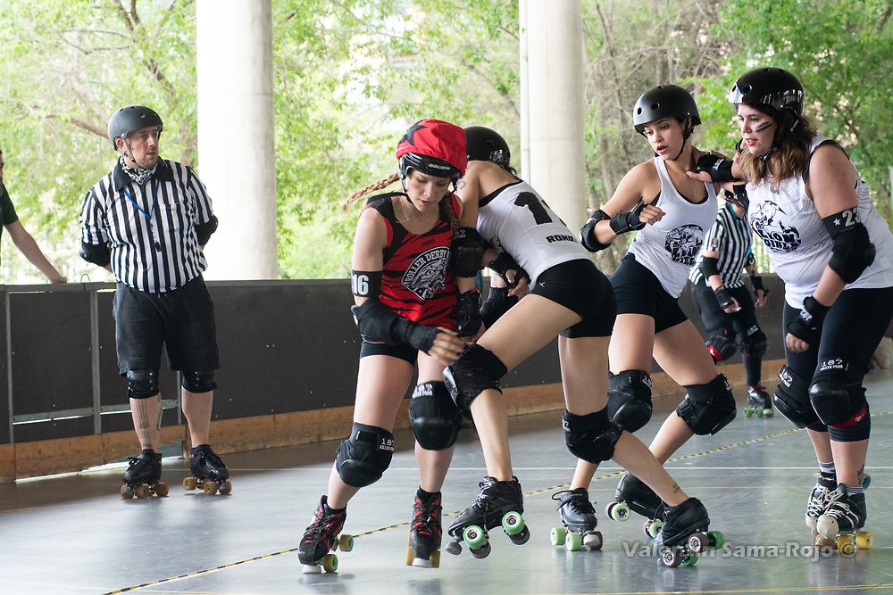Madrid, Spain. 26th May, 2018. Players of West Team trying to block the jammer of Roller Derby Madrid B, #416 Arizona. © Valentin Sama-Rojo