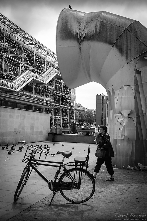Daily life and passage around the square Georges-Pompidou in Paris.
