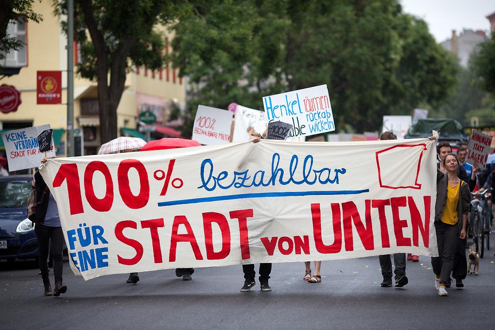 """Mehrere hundert Menschen protestieren in Berlin Kreuzberg unter dem Motto """"WIR BRAUCHEN PLATZ!<br /> WIR WOLLEN WOHNUNGEN!<br /> HER MIT DEM KIEZRAUM!"""" gegen Gentrifizierung und Luxusneubauten für bezahlbaren Wohnraum. Der Protestmarsch startet an der Bockbrauerei, bisher ein Zentrum für lokales Gewerbe und Kultureinrichtungen, das Anfang des Jahres an einen Investor verkauft wurde, der hier hochpreisigen Wohnungsbau realisieren möchte und führt zum Dragonerareal, das letztes Jahr an einen Investor verkauft wurde. Der Bundesrat stimmte im September 2015 gegen diese Privatisierung, die Bundesanstalt für Immobilienaufgaben (BImA) weigert sich bisher, den Verkauf rückabzuwickeln. Demonstranten mit Banner: 100% bezahlbar - für eine Stadt von unten. <br /> <br /> [© Christian Mang - Veroeffentlichung nur gg. Honorar (zzgl. MwSt.), Urhebervermerk und Beleg. Nur für redaktionelle Nutzung - Publication only with licence fee payment, copyright notice and voucher copy. For editorial use only - No model release. No property release. Kontakt: mail@christianmang.com.]"""