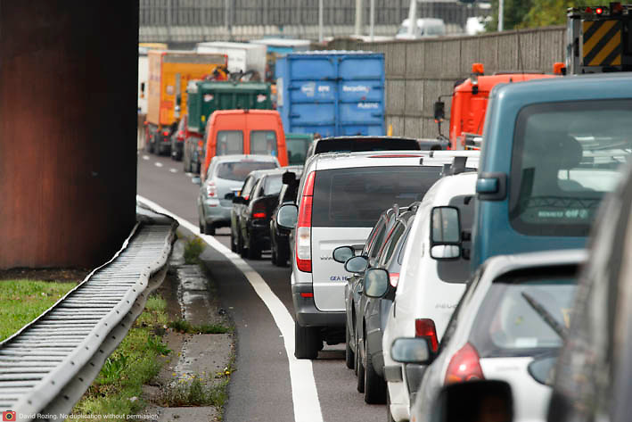 Nederland Rotterdam 30-09-2010 20100930..File op de rijksweg A16 op de oosterlijke ring, lange rijen met auto's staan stil. Traffic jam. Holland, The Netherlands, dutch, Pays Bas, Europe ..Foto: David Rozing