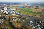 Nederland, Gelderland, Wageningen, 11-02-2008; Rijnhaven, binnenvaarthaven aan de Neder-rijn, belangrijk overslagcentrum; de haven wordt gebruikt voor overslag en distributie, binnenvaartschepen wachten op lossen en laden; onder in beeld de jachthaven, midden links veevoeder industrie (met silo's), rechts hiervan fabriek voor bouwstoffen (zand, cement); rechts van het industriegebied de Bovenste Polder onder Wageningen; Nederrijn, neder rijn, ..luchtfoto (toeslag); aerial photo (additional fee required); .foto Siebe Swart / photo Siebe Swart