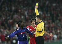 Claude Makelele kriegt von Schiedsrichter Terje Hauge (NOR) die gelbe Karte (M) Tranquillo Barnetta. © Valeriano Di Domenico/EQ Images