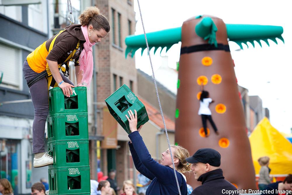 364333-volksfeest op het sint-dimpnaplein in geel-Charlotte Vliegen beklimt toren