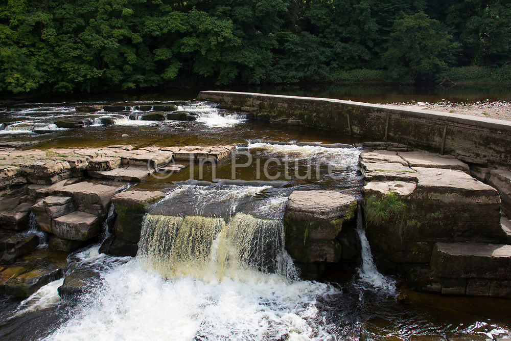Local young people hanging out at Richmond Falls on the River Swale. Richmond is a market town and the centre of the district of Richmondshire. Historically in the North Riding of Yorkshire, it is situated on the edge of the Yorkshire Dales National Park. North Yorkshire, England, UK.