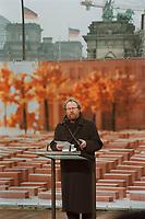 27 JAN 2000, BERLIN/GERMANY:<br /> Wolfgang Thierse, Bundestagspräsident, hält eine Rede anlässlich einem Festakt zum symbolischen Baubeginn für das Holocaust-Mahnmal, auf dem Baugelände, südlich vom Brandenburger Tor; im Hintergrund: BrandenburgerTor und Reichstag, Flaggen auf auf Halbmast anl. d. Tages des Gedenkens an die Opfer des Nationslsozialismus<br /> IMAGE: 20000127-01/02-08<br /> KEYWORDS: speech, holocaust memorial, Mahnmal