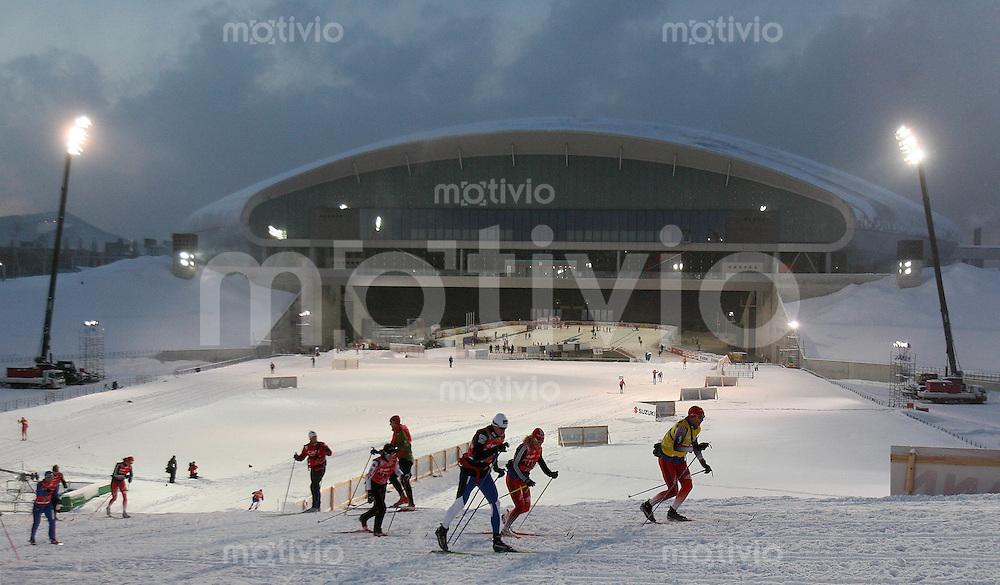 Sapporo , 210207 , Nordische Ski Weltmeisterschaft  Erster Trainingstag im Sapporo - Dome , Athleten laufen vor dem Sapporo-Dome