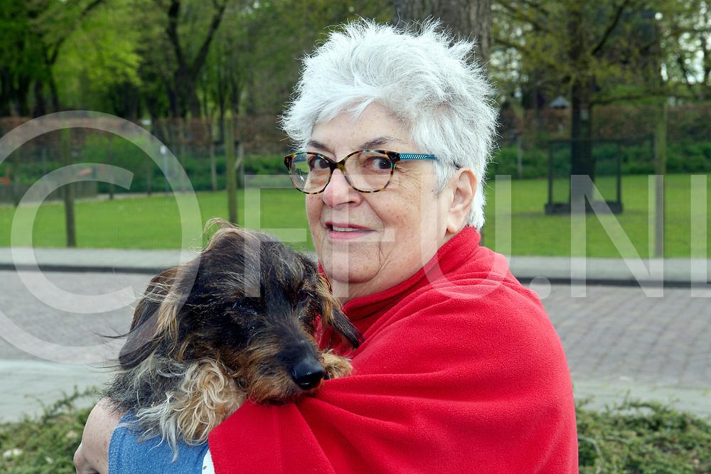 RAALTE - Hond toegetakeld door katten.<br /> Lenie met haar teckel.<br /> De teckel werd door twee katten mishandeld en werd aan het rechteroog behoorlijk beschadigd.<br /> FFU PRESS AGENCY COPYRIGHT Harry Kruipers