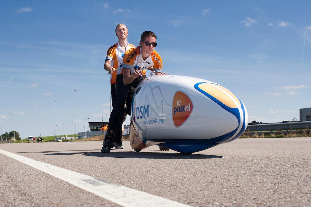 Kai en Gaspar helpen de VeloX2 tijdens de start. Het Human Power Team Delft en Amsterdam, bestaande uit studenten van de TU Delft en de VU Amsterdam, trainen op de RDW baan in Lelystad voor de laatste keer voor de recordpoging. In september wil het team met Jan Bos en Sebastiaan Bowier het snelheidsrecord op de fiets te verbreken. Dat record staat nu op 133 km/h.<br /> <br /> Kai and Gaspar are starting the VeloX2. Human Power Team Delft and Amsterdam are having the last training for the record attempt in Battle Mountain (USA) at the RDW test track in Lelystad. The team will try to break the world speed record with a human powered vehicle with riders Jan Bos and Sebastiaan Bowier. The record is now at 133 km/h..