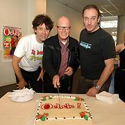 NLD/Amsterdam/20061002 - Perspresentatie musical Oebele, Joris Lutz, Joop Stokkermans en Nol Havens snijden de taart aan