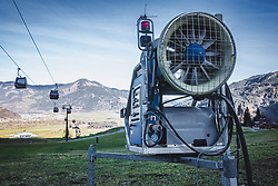 THEMENBILD - eine Schneekanone auf einer Skipiste, aufgenommen am 15. November 2018 in Kaprun, Österreich // a snow cannon on a ski slope, Kaprun, Austria on 2018/11/15. EXPA Pictures © 2018, PhotoCredit: EXPA/ Stefanie Oberhauser