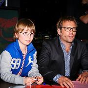 NLD/ENSCHEDE/20121222-SERIOUS REQUEST DAG 5 - Patrick Lodiers neefje kijkt hoe zijn oom aan het repeteren is