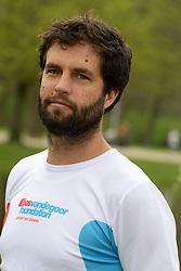 10-04-2014 NED: NY City Marathon training Vriendenloterij, Amsterdam<br /> In het Amsterdamse Vondelpark werden de eerste meters gelegd door de lopers van de vriendenloterij / Simon