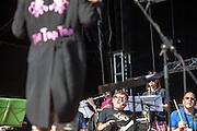 """Sozialpädagoge und Kapellenmeister Simon Ornest dirigiert """"The Tap Tap"""" während dem Auftritt beim Festival """"Colors of Ostrava 2013"""" (Mitte: Sänger Jiří Holzmann). """"The Tap Tap"""" ist eine bekannte und sehr erfolgreiche tschechische Formation mit überwiegend behinderten und auch nicht behinderten Musikern, gegründet 1998 von dem Sozialpädagogen Simon Ornest."""