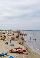 THEMENBILD - Urlauber, Sonnenstühle und Sonnenschirme an einem Sandstrand, aufgenommen am 24. Juni 2018 in Viareggio, Italien // Vacationers, sun chairs and umbrellas on a sandy beach, Viareggio, Italy on 2018/06/24. EXPA Pictures © 2018, PhotoCredit: EXPA/ Stefanie Oberhauser