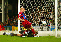 Fotball<br /> Premier League England 2004/2005<br /> Foto: BPI/Digitalsport<br /> NORWAY ONLY<br /> <br /> Crystal Palace v Fulham<br /> <br /> FA Barclays Premiership. 04/10/2004.<br /> <br /> Edwin Van Der Sar takes a kick to the face from Andy Johnson
