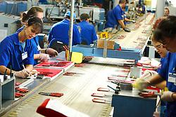 As estratégias que a indústria brasileira está criando para driblar a concorrência chinesa. No caso da Tramontina, a empresa criou uma linha básica de produtos e envolveu toda a cadeia produtiva para tentar cortar custos. Os preços desses produtos, que era 85% mais caro que a concorrência chinesa, passaram a ser 45% mais caros. FOTO: Jefferson Bernardes/Preview.com