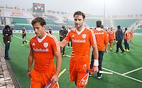 NEW DELHI -   Jeroen Hertzberger en Rogier Hofman (r) na de gewonnen kwartfinale van  de finaleronde van de Hockey World League tussen de mannen van Nederland en Duitsland (2-1) . ANP KOEN SUYK