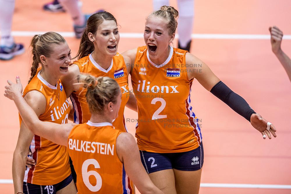 23-08-2017 NED: World Qualifications Belgium - Netherlands, Rotterdam<br /> De Nederlandse volleybalsters hebben op het WK-kwalificatietoernooi ook hun tweede duel in winst omgezet. Oranje overklaste België en won met 3-0 (25-18, 25-18, 25-22). Eerder werd Griekenland ook al met 3-0 verslagen / Nika Daalderop #19 of Netherlands, Robin de Kruijf #5 of Netherlands, Femke Stoltenborg #2 of Netherlands