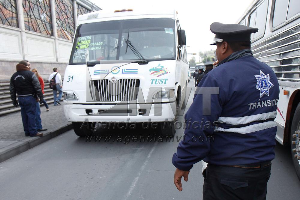 TOLUCA, México.- Policias de Transito de Toluca e inspectores de la Secretaria del Transporte realizaron un operativo en la ciudad para detectar unidades del trasporte publico que operan irregularmente, que no tengan placas, licencia y concesion.  Agencia MVT / Crisanta Espinosa. (DIGITAL)