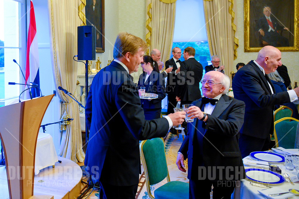 Koning Willem-Alexander en president Micheal Higgins tijdens het Staatsbanket in het Presidentieel Paleis Aras an Uachtarain in Dublin, op dag 1 van het 3-daags staatsbezoek van het Nederlands Koningspaar aan Ierland.