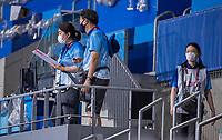 TOKIO - vrijwilligers op de tribune  tijdens de wedstrijd dames , Nederland-India (5-1) tijdens de Olympische Spelen   .   COPYRIGHT KOEN SUYK