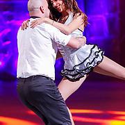 NLD/Hilversum/20130101 - 1e Liveshow Sterren dansen op het IJs 2013, Andy van der Meyde en schaatspartner Alice Velati