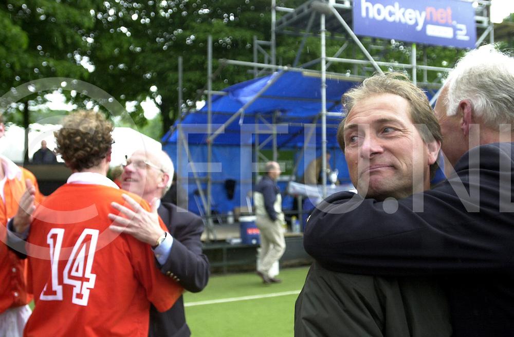 WFA00:HARVESTEHUEDE-BLOEMENDAAL EUROPACUP1 FINALE;4JUNI2001-.1-3 overwinning voor Bloemendaal.Roland Oltmans(R) wint een prijs dit seizoen, met zijn hockeyclub Bloemendal en wordt omarmd door een bestuurslid van Bloemendaal terwijl links Teun de Nooyer hetzelfde ondergaat..WFA/fu/str.Fotografie Frank Uijlenbroek