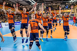 19-02-2017 NED: Bekerfinale Draisma Dynamo - Seesing Personeel Orion, Zwolle<br /> In een uitverkochte Lanstede Topsporthal wint Orion met 3-1 de bekerfinale van Dynamo / Spelers bedanken het publiek