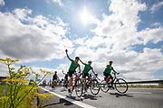 Op de snelweg N31 bij Garyp rijden fietsers mee met de Elfwegentocht, wat de grootste parade van duurzame voertuigen moet zijn.<br /> <br /> Cyclists participate at the Elfwegentocht (eleven city tour) at the highway N31 near Gary. The tour is supposed to be the largest parade of sustainable vehicles.