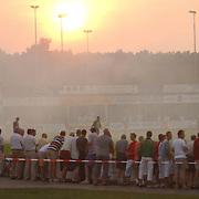 SV Huizen - FC Haarlem, ondergaande zon, supporters