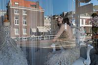 Mannequin, das ein Ballkleid in einem Shopfenster, Den Haag, die Niederlande trägt. // Mannequin wearing a ball gown in a shop window, The Hague, Netherlands.
