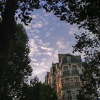 Juillet à Paris, très belle lumière, mais quelle chaleur ! Heureusement, j'ai trouvé un peu d'ombre.<br /> <br /> July in Paris, beautiful light, but so hot! Good thing I could find some shade.
