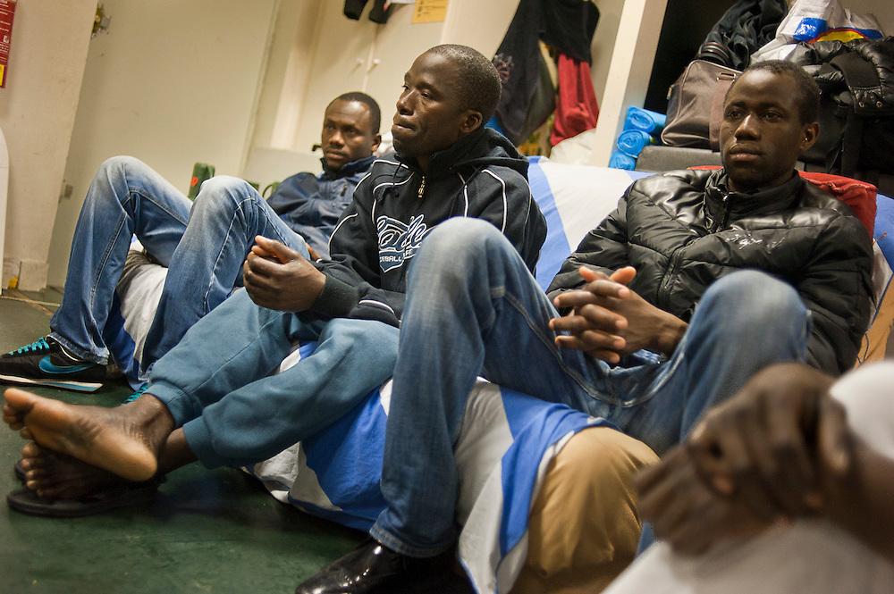 Malische migranten in een gemeenschappelijke slaapzaal. .Sinds 2011 wonen 150 Afrikaanse migranten in een voormalige fabriek in de Parijse voorstand Montreuil, omdat ze illegaal in Frankrijk verblijven, kunnen ze geen woonruimte huren. In het 450 m2 grote pand wonen jonge mannen uit Malië, Ivoorkust, Bukina Faso, Niger.