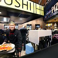 Nederland, Amsterdam , 26 november 2014.<br /> Opening Foodmarkt van Jumbo in amsterdam Noord.<br /> Op 26 november gaat de grootste Jumbo van Amsterdam open. Niet alleen de omvang van de winkel (waarschijnlijk zo'n 2600 m2 ), ook de locatie is speciaal. De enorme foodmarkt zit in een oude loods op het voormalige Storkterrein, een van de meest creatieve plekken van Amsterdam. Hoe groot de foodmarkt precies is, hoe hij eruit gaat zien en wat er te beleven is, houden ze bij Jumbo nog geheim.Wel is duidelijk dat er vanaf woensdag in deze industriële loods zal worden gekokkereld in meerdere foodmarktkeukens 'door koks en andere vakspecialisten'.En dat de producten van Jumbo gezond, lekkeren betaalbaar zijn, aldus Jumbo.<br /> Op de foto: een volwaardige verse sushi afdeling en pizzabakkerij<br /> Foto:Jean-Pierre Jans