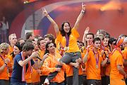 Nederlandse Olympische ploeg komt thuis en wordt gehuldigd op het plein voor Station Den Bosch.<br /> <br /> Op de foto:  Ranomi Kromowidjojo wordt o.a. opgetild door Ali B