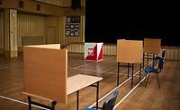 26.05.2013 Bialystok Referendum lokalne w sprawie sprzedazy Miejskiego Przedsiebiorstwa Energetyki Cieplnej. Sprzedaz MPEC chcialy przeprowadzic wladze miejskie z PO, jednak zamieszanie w Radzie Miejskiej (odejscie 3 radnych z klubu PO) umozliwilo opozycji (PiS i SLD) doprowadzenie do referendum. Aby bylo wazne musi wziac w nim udzial 30% uprawnionych N/z glosowanie w komisji nr 64 fot Michal Kosc / AGENCJA WSCHOD