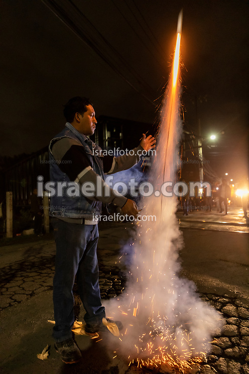 14 mayo 2021, Tultepec, Estado de México. Un hombre quema pirotecnia en la celebración de San Juan de Dios.