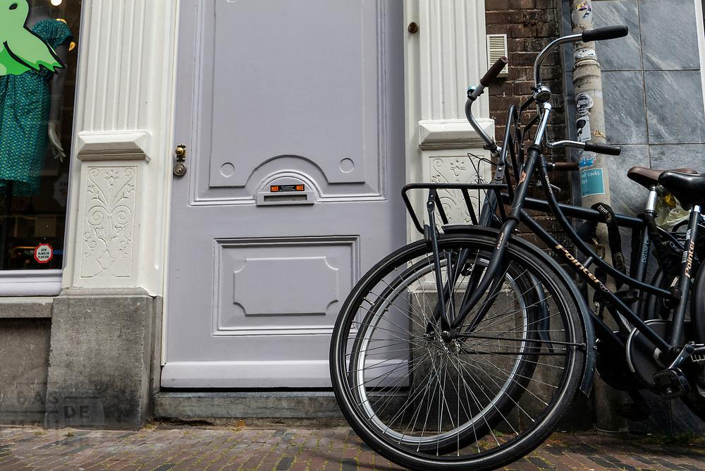 In Utrecht staan fietsen op verkeerde plekken geparkeerd.<br /> <br /> In Utrecht bicycles are parked on the wrong spot.