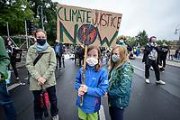 "25 SEP 2020, BERLIN/GERMANY:<br /> Maedchen mit Schild ""Climate Justice Now"", Fridays for Future Demonstration fuer Massnahmen gegen den Klimawandel, Brandenburger Tor, Strasse des 17. Juni<br /> IMAGE: 20200925-01-019<br /> KEYWORDS: Protest, Demonstrant, Demonstranten, Demonstratin, Schueler, Schüler, Klimakatastrophe, FFF, Mundschutz, Mund-Nase-Schutz, Abstand, Mädchen, Kind, Kinder"