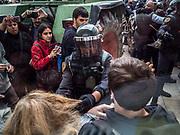 La guardia civile tente de déloger les gens qui bloquent l'entrée du gymnase ou se situe le bureau de vote de St Julia de Ramis , c'est ici que doit voter le president Carles Puigdemont
