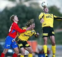 Fotball, La Manga, Spania. 01. mars 2002. Clayton Zane, Lilestrøm header. Torgeir Bjarmann, Lillestrøm, i duell med en Helsingborg-spiller.