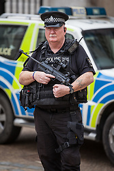 © Licensed to London News Pictures. 03/08/2016. London, UK. Armed police on patrol in central London. Metropolitan Police Chief Sir Bernard Hogan-Howe has announced that 600 extra armed police will now patrol the capital to counter the threat from terrorism. Photo credit: Rob Pinney/LNP