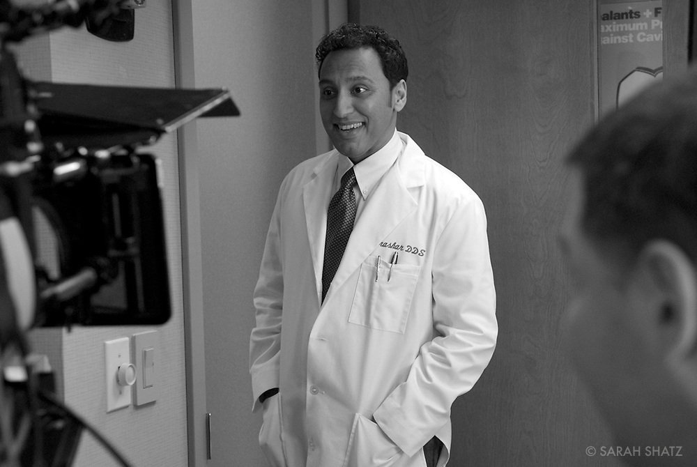 "Aasif Mandvi on the set of ""Ghost Town"" (Dir: David Koepp, 2008)"