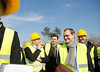 DEU, Deutschland, Germany, Berlin, 17.03.2015: Michael Müller (SPD), Regierender Bürgermeister von Berlin, beim Rundgang über das Gelände der Internationalen Gartenschau (IGA) 2017 in den Gärten der Welt. Dahinter v.l.n.r. Stefan Komoß (SPD), Bürgermeister von Marzahn-Hellersdorf, Stadtentwicklungssenator Andreas Geisel (SPD), Christian Gaebler (SPD), Staatssekretär in der Berliner Senatsverwaltung für Stadtentwicklung und Umwelt.