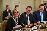 DEU, Deutschland, Germany, Gransee, 11.04.2018: Bundesbildungsminsiterin Anja Karliczek (CDU)und Bundesentwicklungshilfeminister Dr. Gerd Müller (CSU) bei der Kabinettsitzung im Rahmen der Klausurtagung des Bundeskabinetts im Schloss Meseberg.