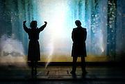 """Generalprobe von """"Eine kleine Machtmusik"""" geschrieben von Pavel Kohout im Rahmen des Prager Theaterfestivals in deutscher Sprache. Die Silhoutten der Schauspieler Petra Spalkova als Marianna (links) und Jan Dolansky als Mozart..Prag, 6. November 2007"""