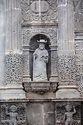 Estatuas de piedra ubicadas en la fachada de la Parroquia de San Pedro Zacatlan.