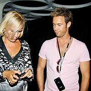 NLD/Amsterdam/20100701 - Presentatie nieuwe Samsung telefoon Galaxy S, Tanja Jess en Charlie Luske bekijken de telefoon
