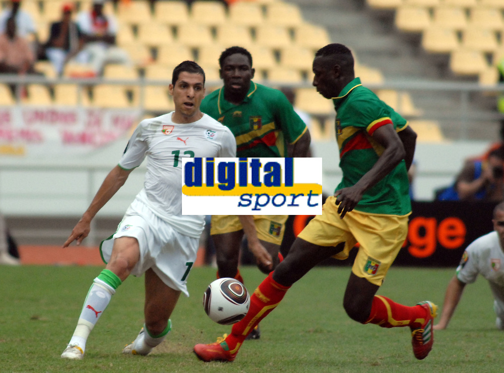 FOOTBALL - AFRICAN NATIONS CUP 2010 - GROUP A - ALGERIA v MALI - 14/01/2010 - PHOTO MOHAMED KADRI / DPPI - KARIM MATMOUR (ALG) / MAHAMADOU DIARRA (MALI)